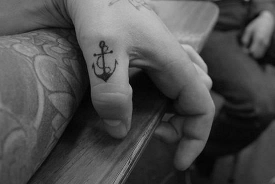 41-small-black-anchor-on-thumb