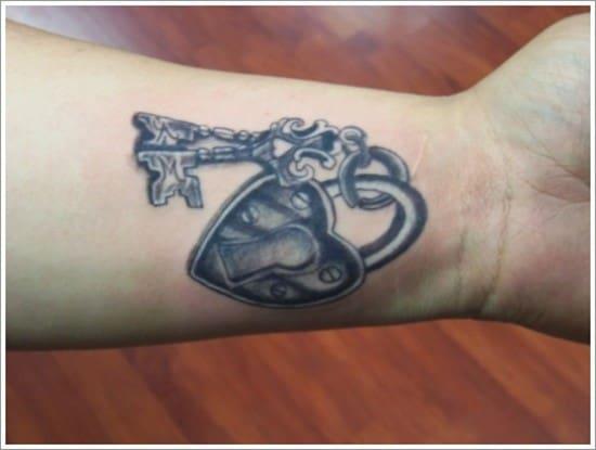 14_Lock-n-Key-wrist-tattoo-ideas