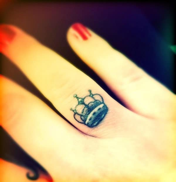 Crown-Finger-Tattoo-Design