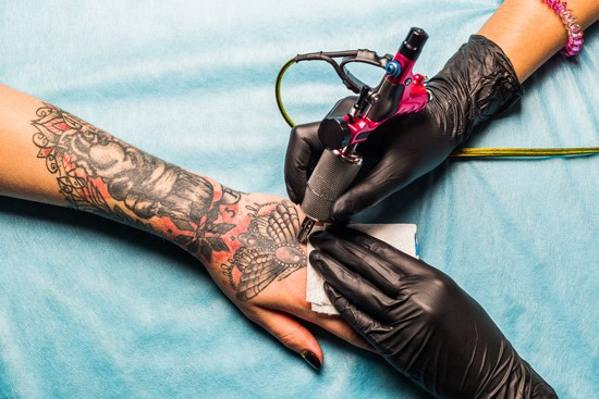 tattooist-holding-tattoo-gun
